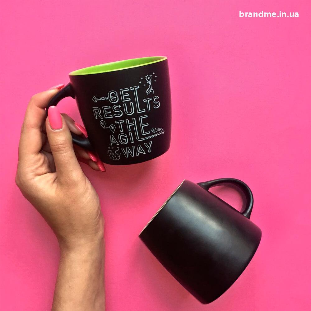 Матові чорні чашки з нанесенням для компанії «AgiliWay»