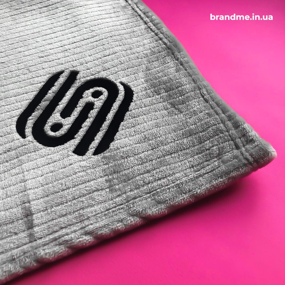 Плед с вышитим логотипом для компании