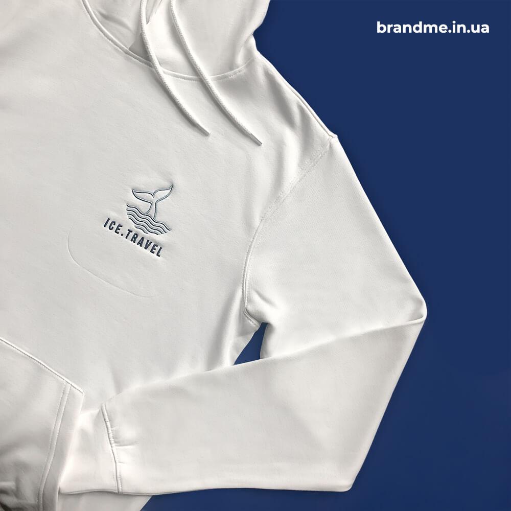 """Сніжно-білий худі з вишивкою та нанесенням логотипу для компанії """"Ice.travel"""""""
