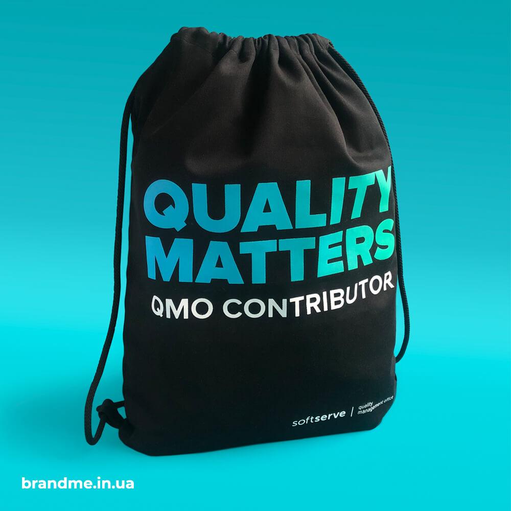 """Стильні сумки-рюкзаки з друком градієнту для компанії """"SoftServe"""""""
