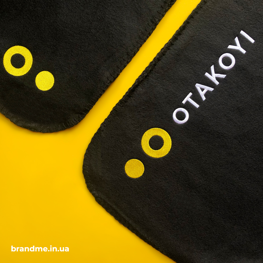 Вишивка логотипу на пледі для компанії OTAKOYI