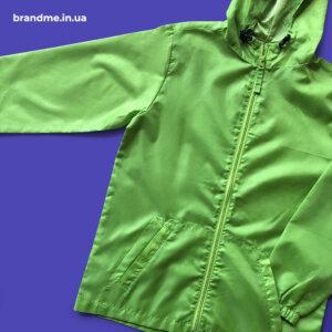 Яркая куртка-ветровка с капюшоном