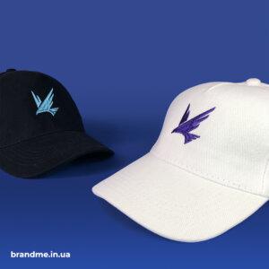 Вишивка логотипу на кепках для компанії