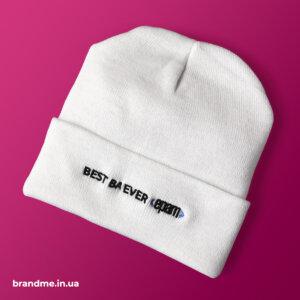 Белая шапка с вышивкой для IТ-компании