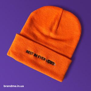 Яркие оранжевые шапки с логотипом для компании