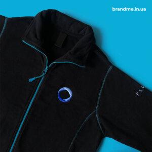 Объемная вышивка логотипа на флисовых кофтах