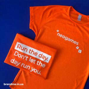 Яркие спортивные футболки с принтом для компании