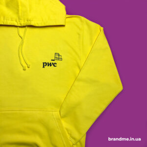 Худи желтого цвета с логотипом для компании PricewaterhouseCoopers (PwC)